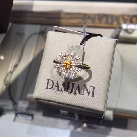 ダミアーニの金細工の熟練技と選び抜かれた宝石が、生き生きとした一輪のマルゲリータを表現している