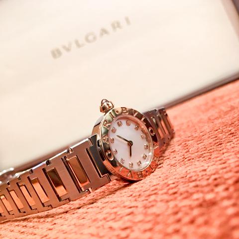"""ブルガリウォッチのアイコン、""""ブルガリブルガリ"""" コンビネーションカラーのケースに白蝶貝文字盤、12個のポイントダイヤがフェミニンな雰囲気を醸します。"""