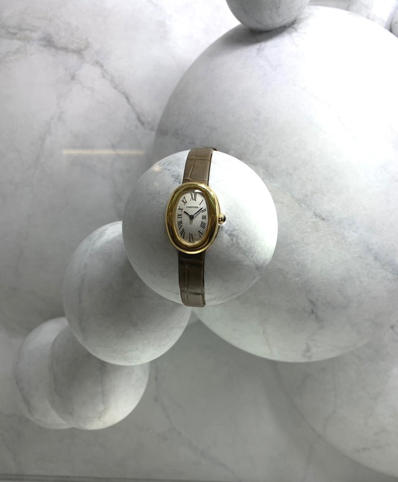 曲線を強く意識させるディスプレイ。白一色の世界に、ゴールドオンレザーのエレガントな時計が映える