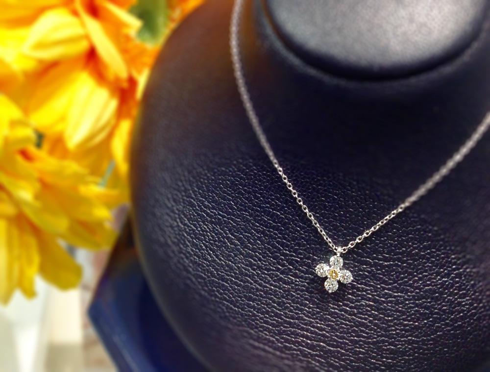 """オランダのナショナルカラー""""オレンジ""""のダイヤモンドをあしらった可憐なネックレス。"""